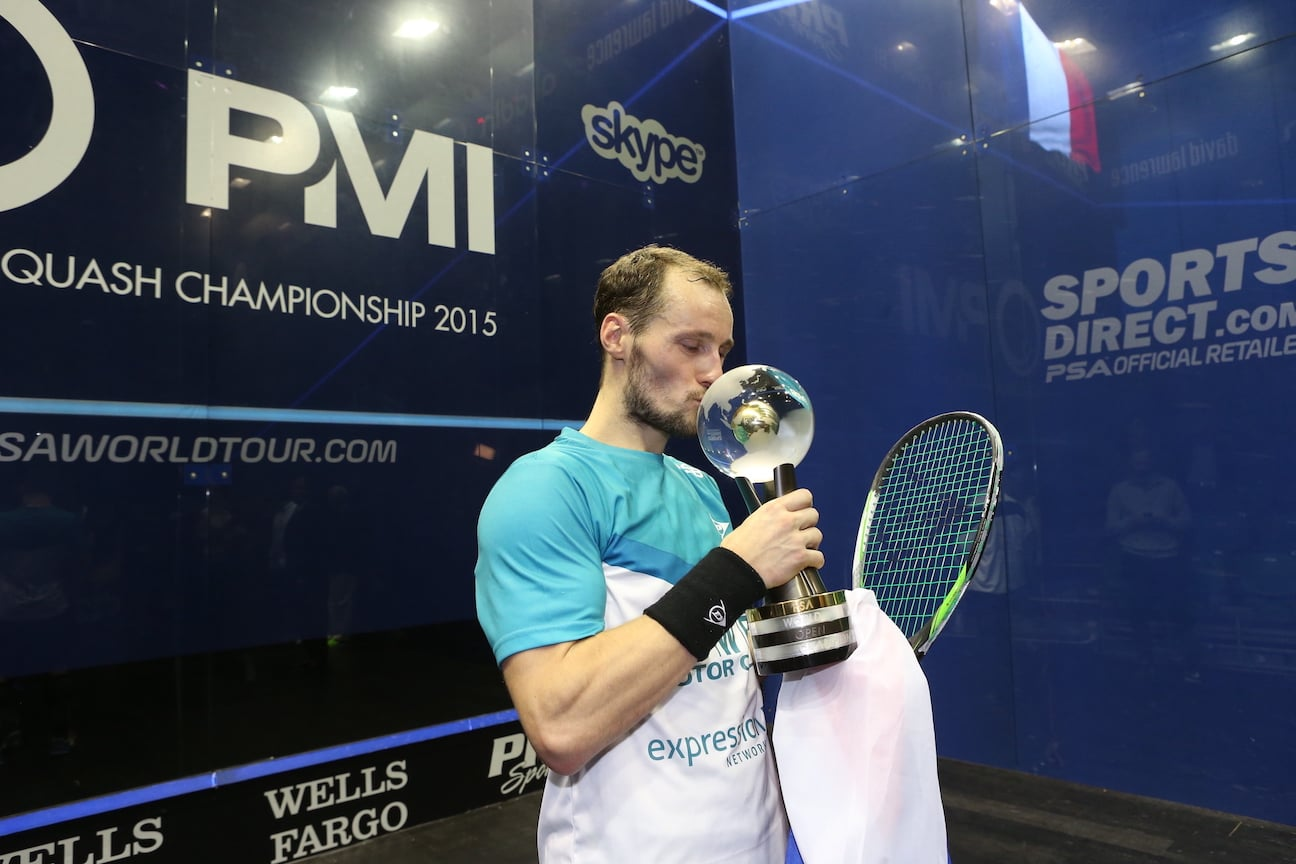 gregory gaultier embrasse son trophée de champion du monde
